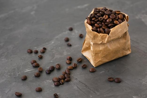 Saco de papel de close-up cheio de grãos de café