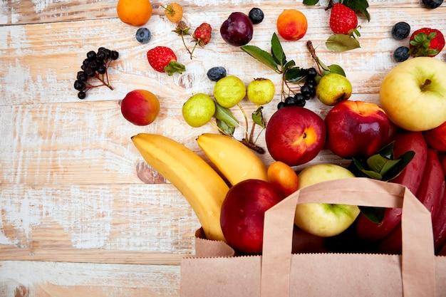 Saco de papel de diferentes alimentos saudáveis de frutas
