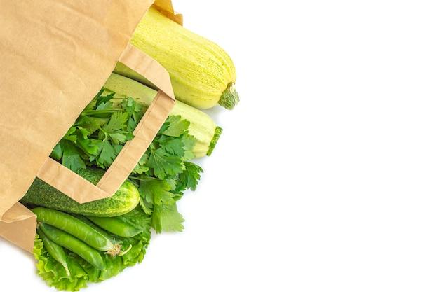 Saco de papel de diferentes vegetais verdes saudáveis. o conceito de nutrição adequada e alimentação saudável. comida orgânica e vegetariana. vista superior, plana leigos, copie o espaço para texto.