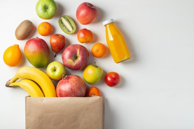 Saco de papel de frutas diferentes da saúde em uma tabela.