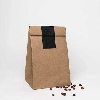 Saco de papel e arranjo de grãos de café