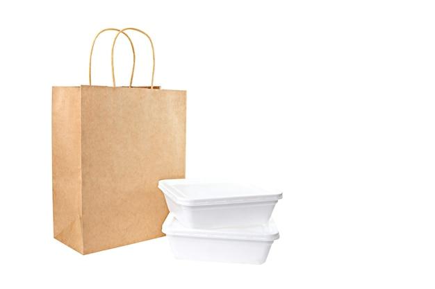 Saco de papel e pratos para entrega de comida isolados