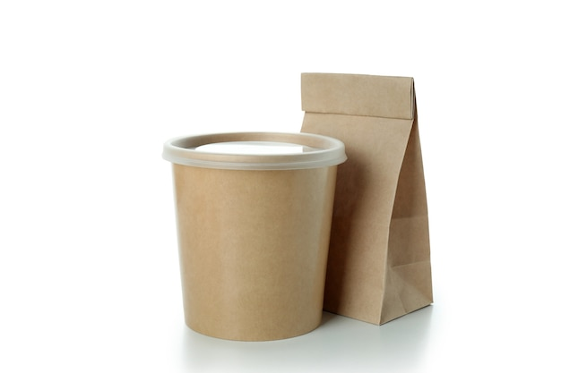 Saco de papel em branco e copo de comida isolado no branco