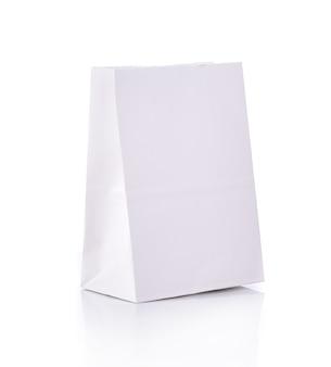 Saco de papel em branco sobre fundo branco