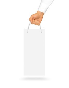 Saco de papel em branco vinho branco segurando na mão