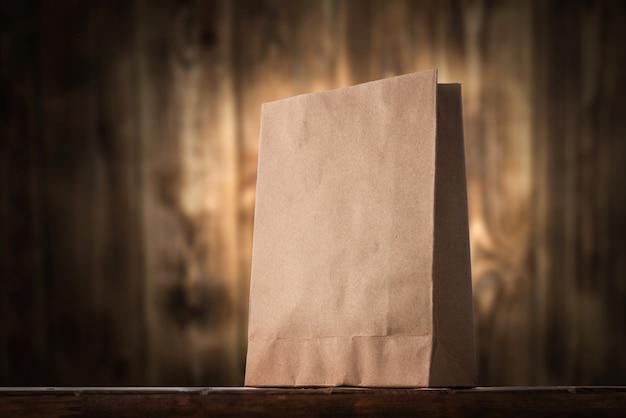 Saco de papel em cima da mesa