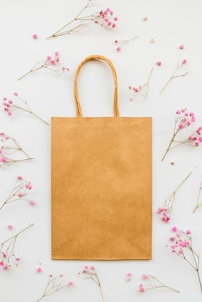 Saco de papel entre flores macias