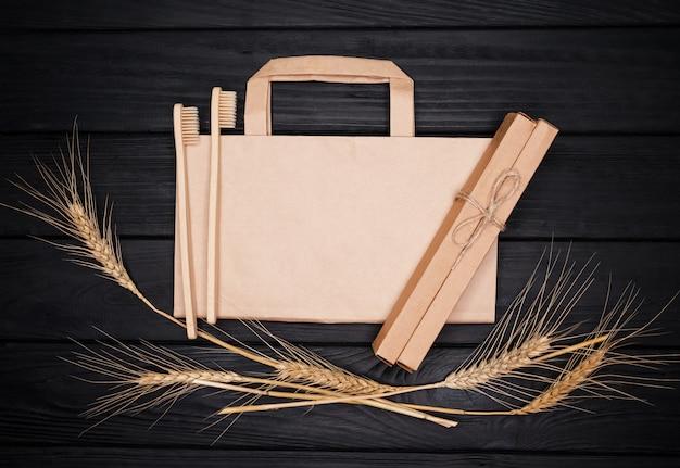 Saco de papel kraft, escovas de bambu e espiguetas. produtos ecológicos