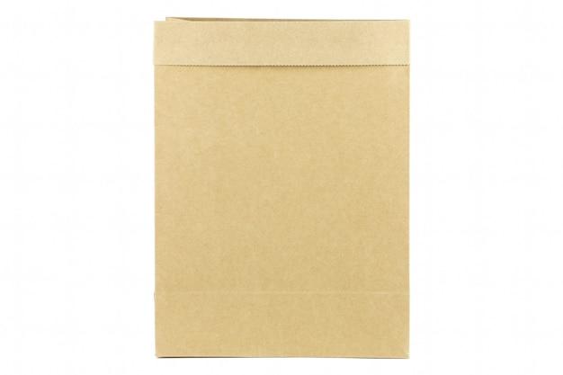 Saco de papel kraft marrom em fundo branco isolado