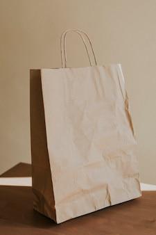Saco de papel marrom natural na mesa de madeira