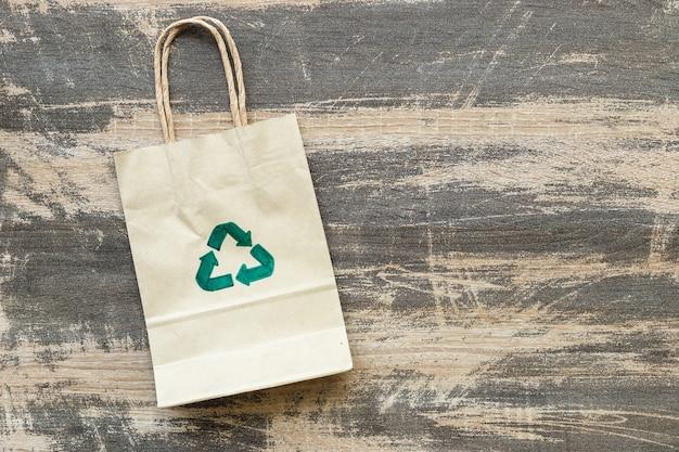 Saco de papel reciclado em fundo de madeira velho, conceito ecológico e sustentável