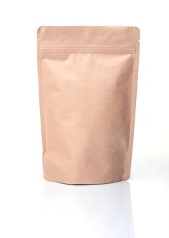 Saco de papel reciclado isolado no fundo branco