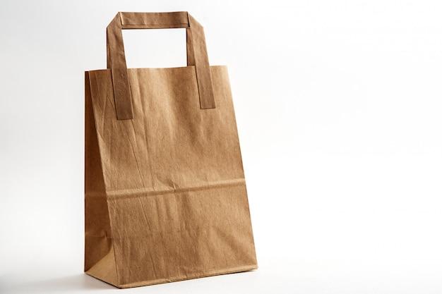 Saco de papelão biodegradável ambientalmente amigável sobre fundo branco isolado