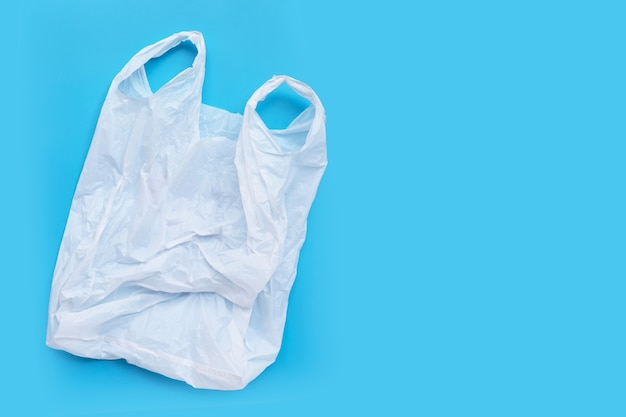 Saco de plástico branco sobre fundo azul. copie o espaço