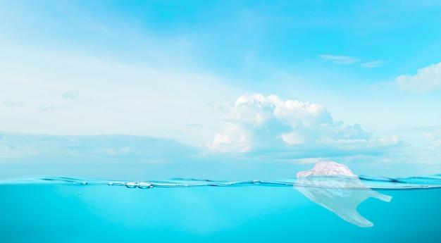 Saco de plástico de água na água do mar proteção ambiental