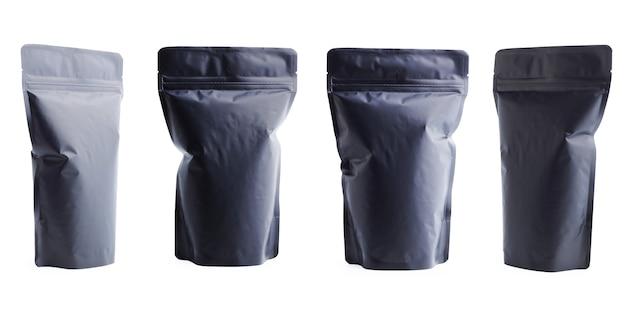 Saco de plástico matte em branco preto isolado no fundo branco.