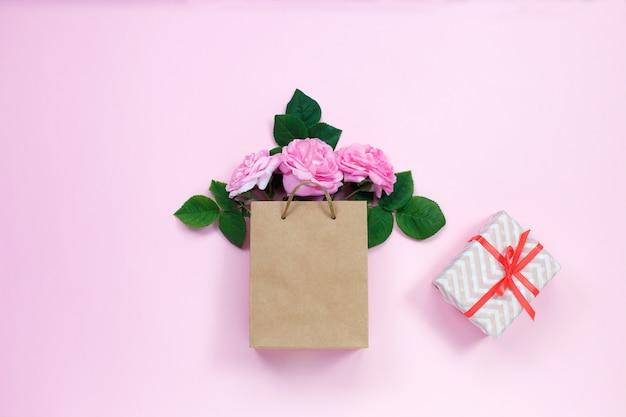 Saco de presente com buquê de rosas e caixa de presente