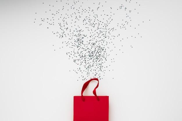 Saco de presente com confete em um fundo branco