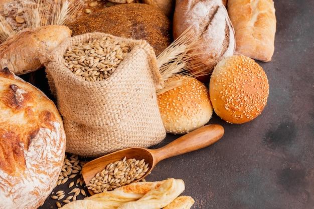 Saco de sementes de trigo e variedade de bolos