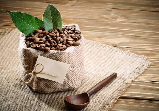 Saco de serapilheira cheia de grãos de café