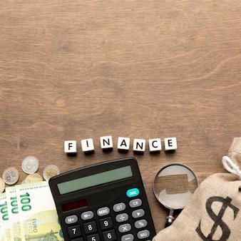 Saco de serapilheira do conceito de finanças de dinheiro