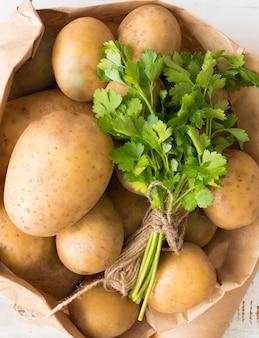 Saco de vista superior de batatas cruas