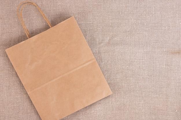Saco descartável de papel kraft sobre tela de linho.