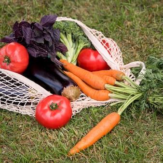 Saco e vegetais orgânicos de alta vista