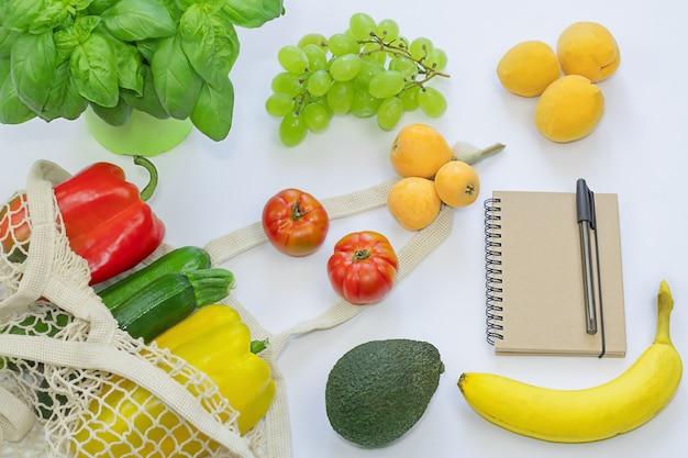 Saco ecológico com comida zero resíduos vegetais e frutas frescas