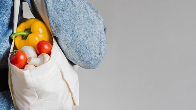 Saco ecológico de close-up com legumes orgânicos