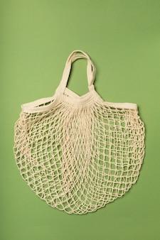 Saco ecológico, saco de barbante em uma superfície verde