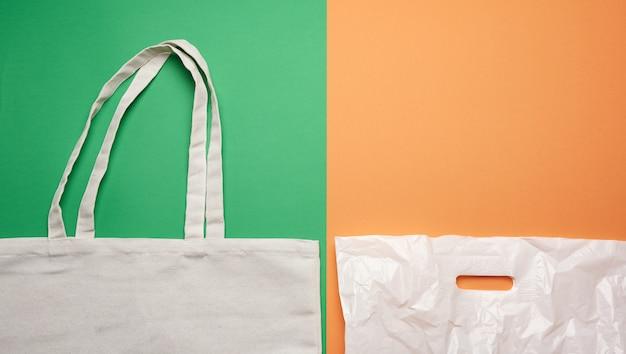 Saco ecológico têxtil bege e saco de plástico branco, plano