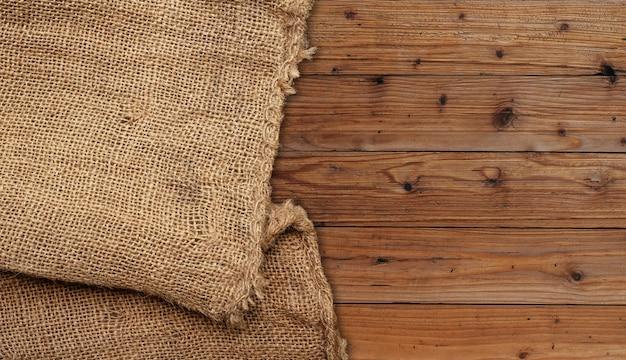Saco marrom em painel de madeira marrom.