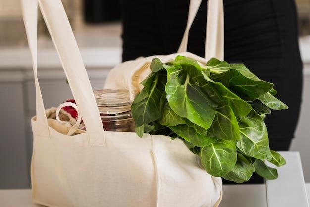 Saco orgânico de close-up com legumes frescos
