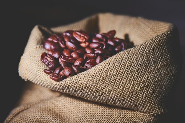 Saco pequeno de juta contendo grãos de café