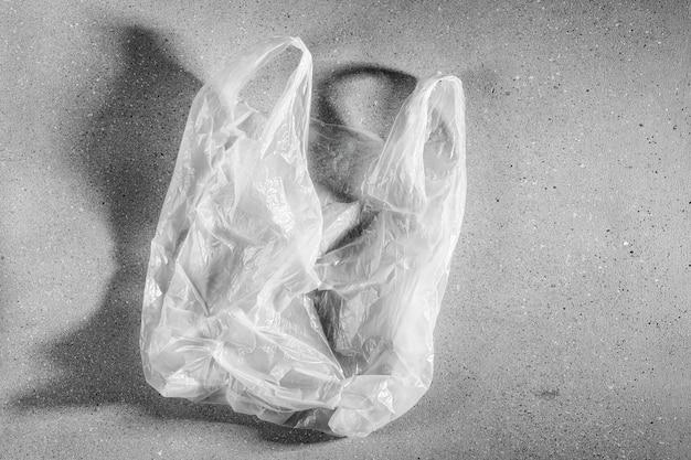 Saco plástico branco descartável. conceito de reciclagem de plástico e ecologia. camada plana, vista superior