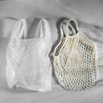 Saco plástico branco descartável e sacola de compras reutilizável. conceito de desperdício zero. sem plástico. sacos de malha ecológicos.