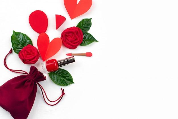 Saco presentes rosas vermelhas folhas verdes cosméticos conceito