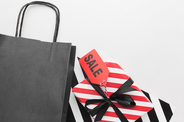 Saco preto de compras e caixas de presente