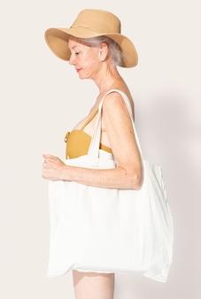 Sacola branca com roupas básicas e espaço de design