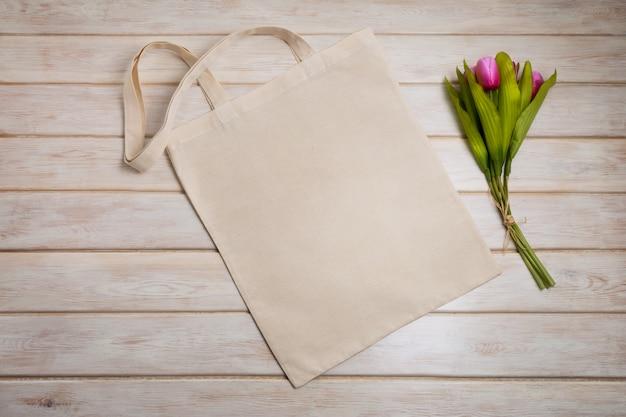 Sacola com tulipas cor de rosa