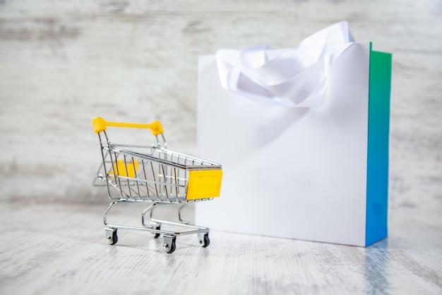 Sacola de compras colorida e cesta na mesa