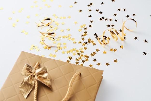 Sacola de compras com confete festivo