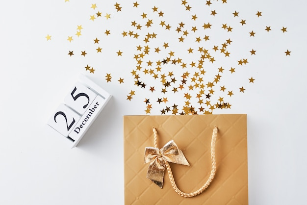 Sacola de compras com confetes festivos em branco