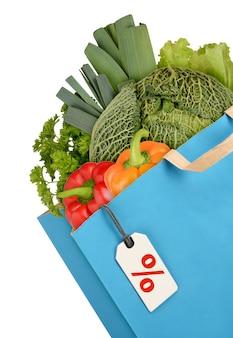Sacola de compras com vegetais isolados no fundo branco