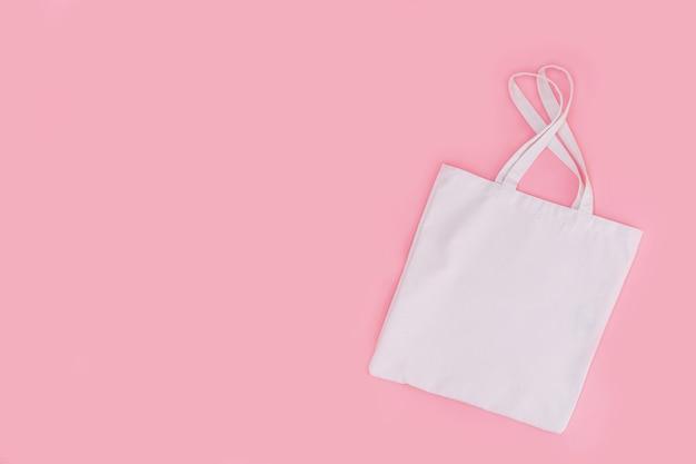 Sacola de compras de algodão reutilizável em um fundo rosa