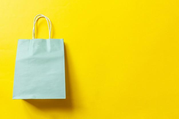 Sacola de compras de design minimalista isolada em fundo amarelo