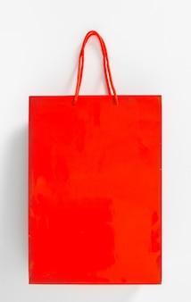 Sacola de compras isolada no branco