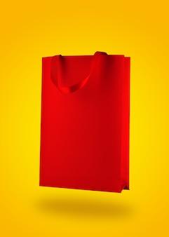 Sacola de compras vermelha em fundo amarelo
