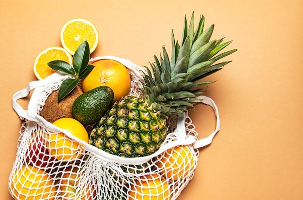 Sacola de malha com frutas